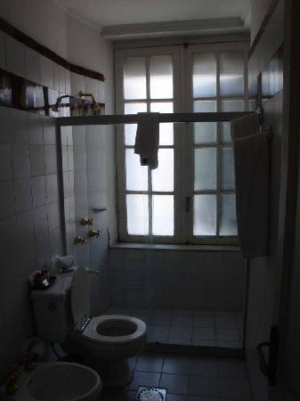 Hotel Plaza Fuerte: outdated bathroom