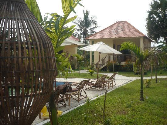 أو كاباريت فيرت: les bungalows autour de la piscine
