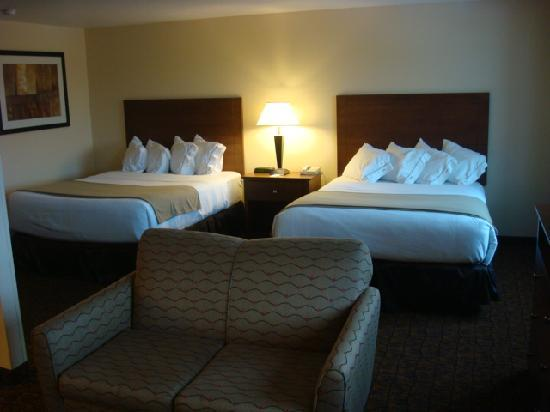 Holiday Inn Express Morgantown: Two Queens Business Suite