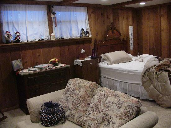 Potterswheel Bed and Breakfast: Right before leaving - looking away from the loveseat.