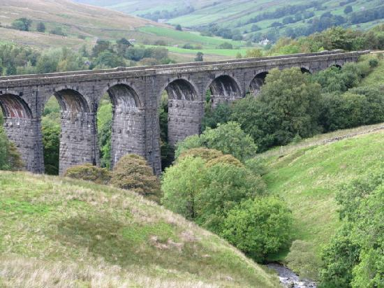 Church Court Cottages: Settle to Carlisle railway viaduct