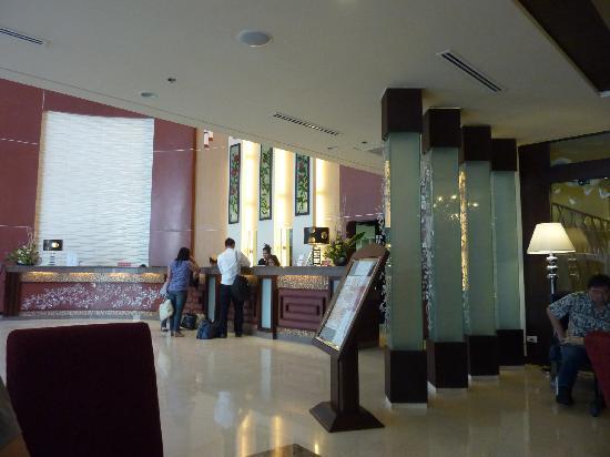 โรงแรมอลิซาเบธ เซบู: lobby view from the restaurant