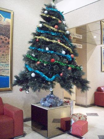Quality Hotel Ambassador Perth: Christmas in the Lobby of Perth Ambassador....really makes you feel at home....