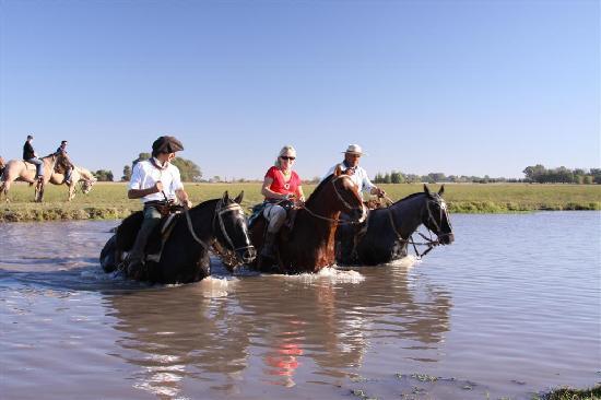Estancia El Ombu de Areco: Cabalgata en el campo