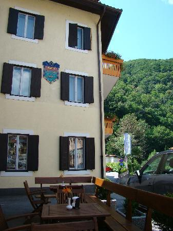 Most na Soci, Slovenië: Front of hotel.