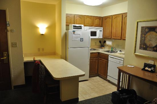 Staybridge Suites Corning: Kitchen
