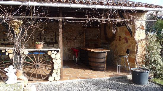 Latoue, France: the summer bar it was abit cold of us to use this as we visited in december but looking forward