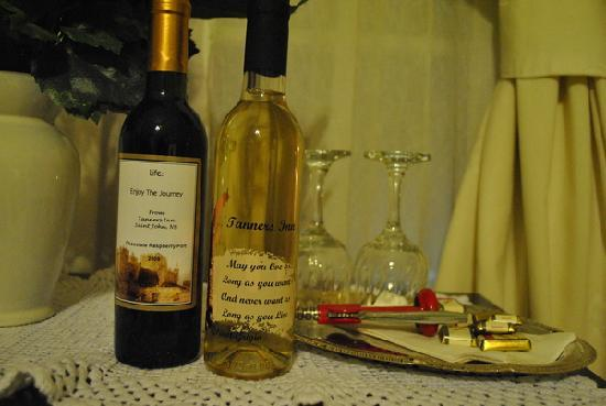 A Tanner's Home Inn: Complimentary wine, port, and chocolates
