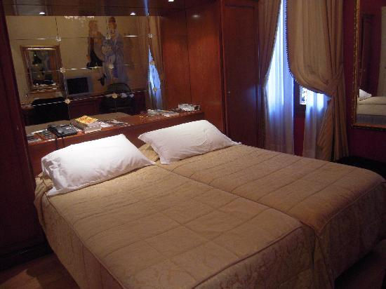 Locanda Orseolo: superior double room overlooking canal