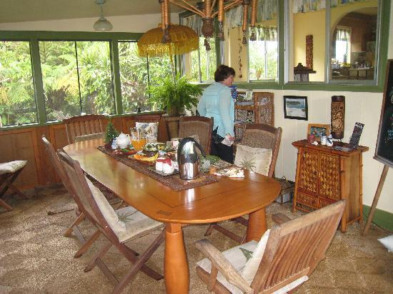 Coconut Cottage Bed & Breakfast: Breakfast in the Coconut Cottage Lanai