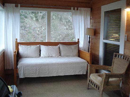Coho Cottages: Screened in porch Promontory