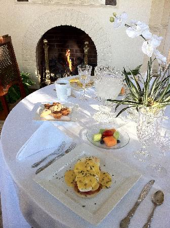Oak Crest Mansion Inn: Eggs Benedict and fireplace in Breakfast Room