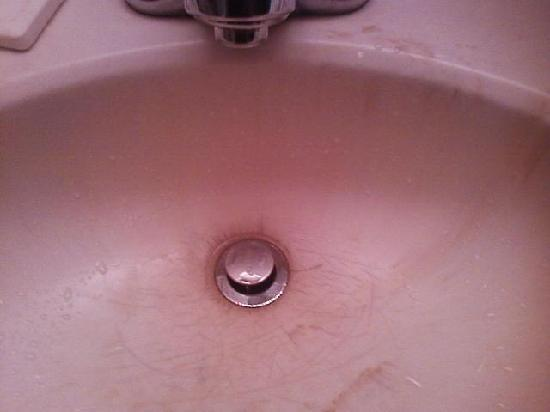 Carmel, IN: Outdated and cracked sink