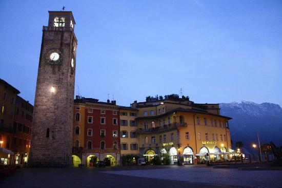 Albergo Ristorante Ancora: Riva by Night