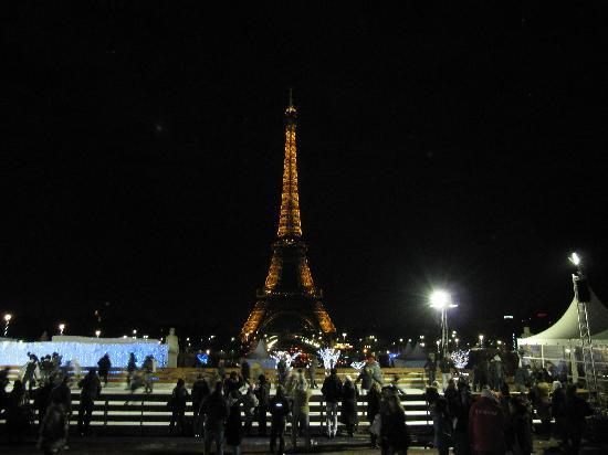 Paris, Fransa: View of Eiffel tower from ice rink at Trocadero