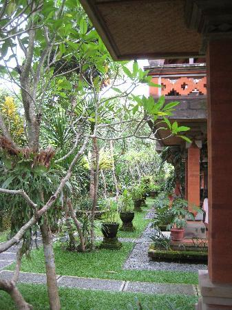 Ubud Bungalow: Gardens surrounding the bunglows