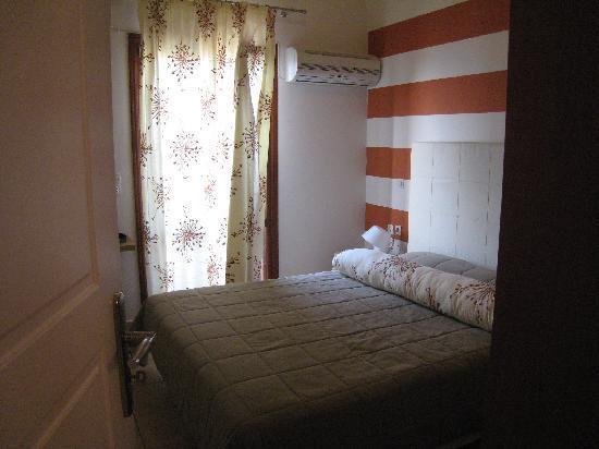 Antonia Hotel Santorini: 快適なダブルベッドです。