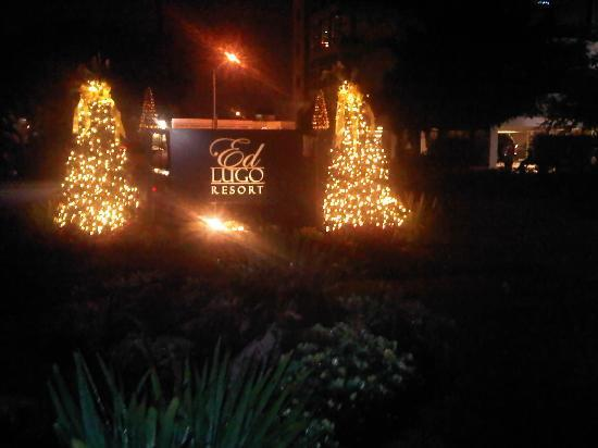 Ed Lugo Resort: Decorations at night