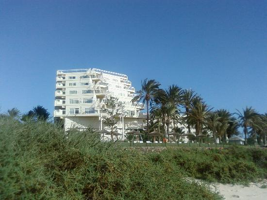 Hotel Riu Palace Tres Islas: side view of hotel from beach
