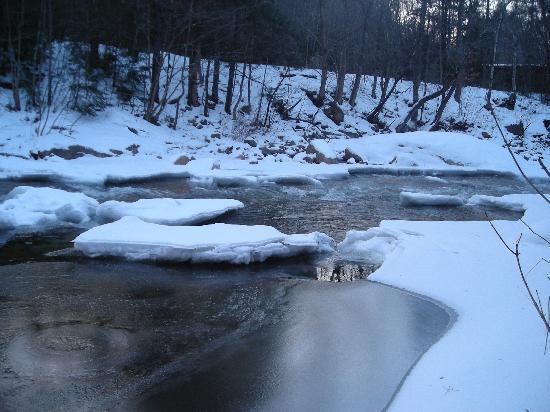 Pemi Cabins : pemigawaset river runs buy and lulls you to sleep