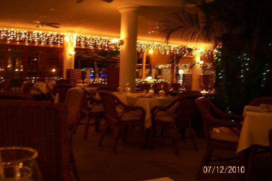 Hotel Tamaca Beach Resort: restaurante del hotel en la noche