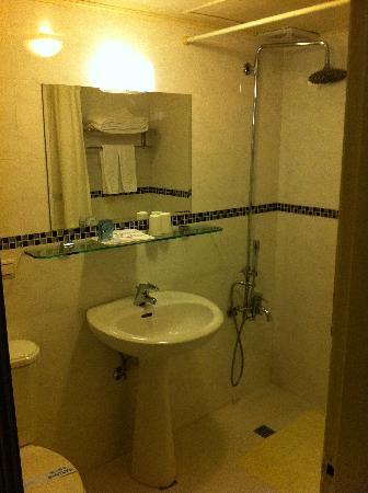 Shin Shih Hotel: washroom / shower