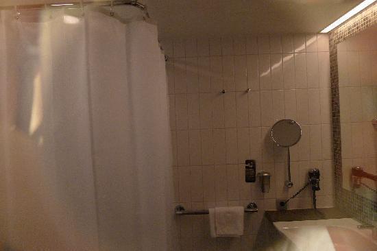 Scandic Berlin Potsdamer Platz: Blick durch die transparente Badezimmer Tür in das Badezimmer