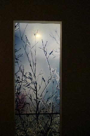 Scandic Berlin Potsdamer Platz: Licht vom Badezimmer scheint in den Schlafbereich