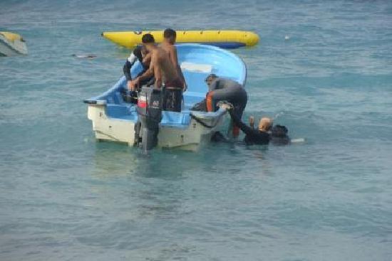 Superior Dive: Boarding a panga
