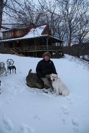 Meadow Lane Lodge & Cottages: Husband and Lab loving the snow!