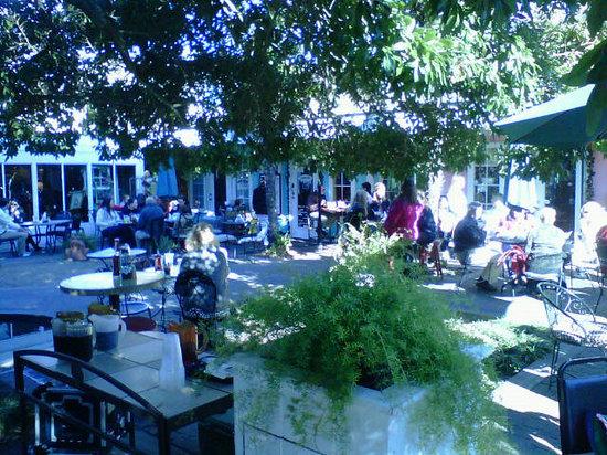 Panini Pete's Cafe & Bakeshoppe: Panini Petes Courtyard seating