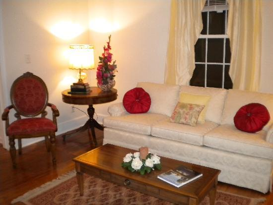 Tenth Street Bed and Breakfast: Wind down your evening in our lovely parlor