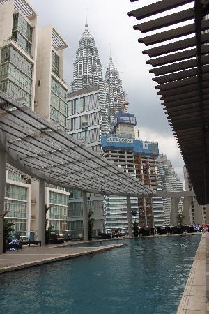 Ascott Kuala Lumpur : The pool and Petronis