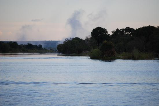 A'Zambezi River Lodge : The cloud that Thunders, Sunset Cruise