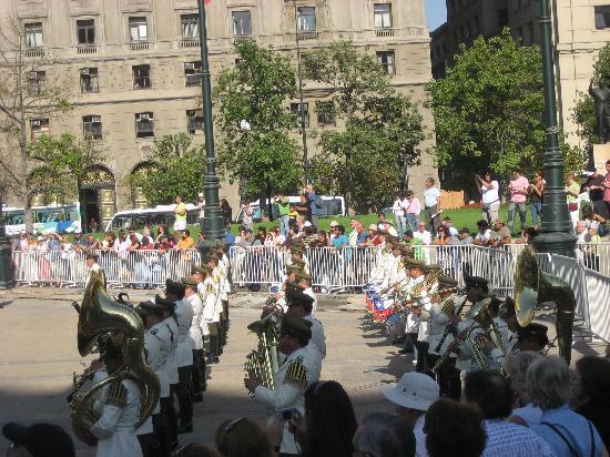 Santiago, Chile: モネダ宮殿の衛兵交代式の軍楽隊