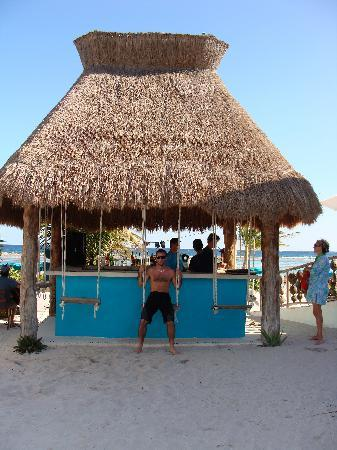 Mahahual, Mexico: Nacional outdoor bar, flat screen tv.
