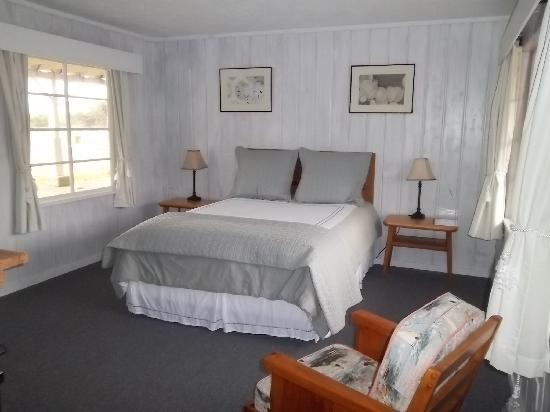 Deane's Oceanfront Lodge: we had a queen size bed!