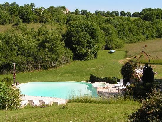La Closerie de la Beyne: The swimming pool in the valley