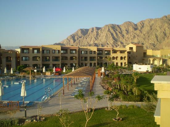 Swiss Inn Dream Resort Taba : View of pool and mountains from balcony