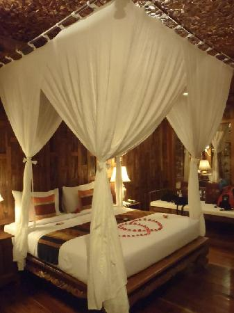 Santhiya Koh Phangan Resort & Spa: bed