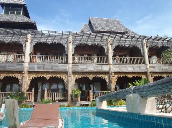 Santhiya Koh Phangan Resort & Spa: pool access building