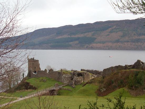 Discover Scotland Tours : Urquhart Castle and Lock Ness