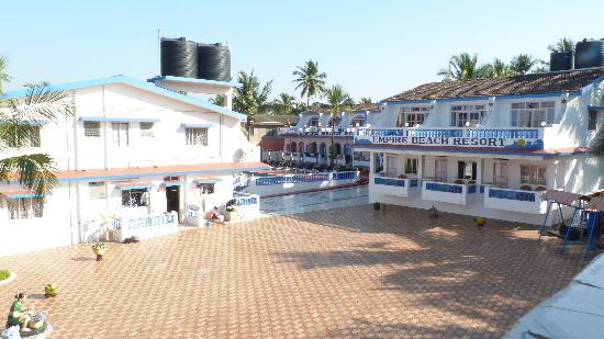 Empire Beach Resort Hotel: Hotellet sett från restaurangen