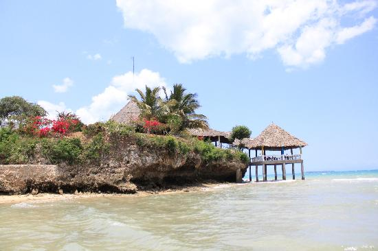 Chuini Zanzibar Beach Lodge: Hotel beach and sundowner lounge