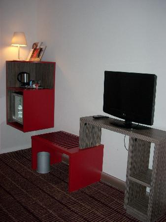 Mercure Blois Centre: Built-ins and minimal furnishings allow for a modern and clean decor.