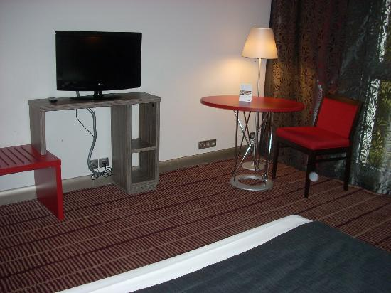 Mercure Blois Centre: Another view of the minimalist furnishings in the hotel rooms.