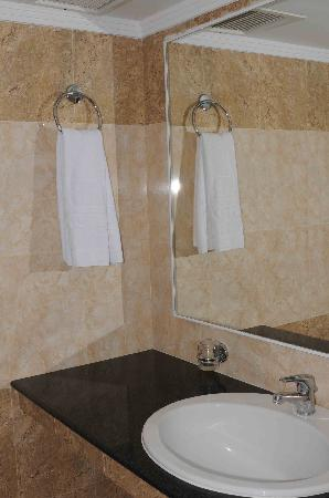 Mitsis Petit Palais: Bathroom