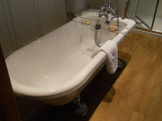 Dunallan House: the tub is amazing...