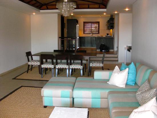 Anahita Golf & Spa Resort : le sallon et la cuisine