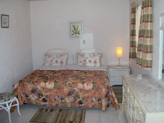 Coral Gardens: Family Apartment Bedroom